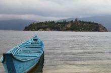 再访抚仙湖,走西侧岸线经禄充景区至江山孤山景区用餐,半日游。去时云层低垂,午时云开天水一遍湛蓝,景色