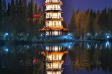 夜幕下的桃花岛公园 【景点攻略】 详细地址: 江苏省徐州市邳州市城区东部运河镇解放路,濒临六保河。