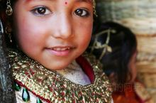 尼泊尔偶遇一场小姑娘们的婚礼,一场和水果结婚的典礼。有一种说法是,小姑娘们在小时候会由家人安排和一直