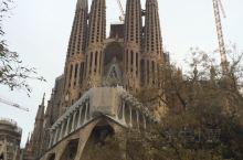 巴塞罗那,圣家堂。 天才建筑师高迪将晚年的心血全都投入到了这座教堂,据说要到2026年他逝世百年纪念