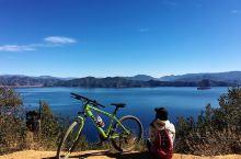 云南泸沽湖| 一个人悠闲发呆晒太阳. 那一抹蓝,美得令人窒息,惊艳到了。 在泸沽湖环湖骑的途中,偶遇