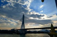 曼听公园   美丽的西双版纳大桥位于西双版纳州府景洪市,跨越澜沧江,大桥全长约680米,桥总高度为水