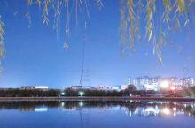 冬日的小城,天空格外的澄澈,即使是夜晚,天空依然是湛蓝湛蓝的,没有一丝薄云,能见度很高,这不得不不给