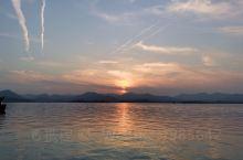 来出差,匆匆忙忙的下午才到西湖转一转,赶上了黄昏落日,兜兜转转又来到了雷峰塔,来了一次夜游西湖,虽然