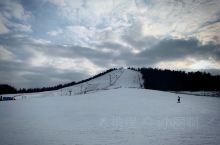 又是滑雪的季节 新的滑雪季即将到来! 在蓝天白云下 穿着鲜艳的滑雪服 戴着潇洒的墨镜 摆着动感十足的