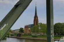 法兰克福,美茵河静静流淌,市中心和内城在美茵河北岸,美茵河上众多的桥梁把内城与近郊萨克森豪森地区连接
