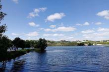 乌兰布统的又一重磅打卡景点是离红山军马场二十多公里处的公主湖。  当年康熙皇帝为了稳定蒙古首领葛尔丹