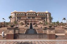 八星酒店 ———阿布扎比  酋长国宫殿酒店位于阿布扎比中心,在设计和服务方面均非同一般、极尽奢华。