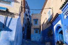 网红打卡地——舍夫沙万蓝色小镇,里面每条街道都被刷成各种蓝色,一个非常适合拍照的地方,行人和游客络绎