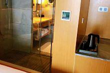 因公出差定了和客户比较近的酒店,是一家性价比很高的酒店。 优点:房间大高,舒服,五星级标准装修,三星