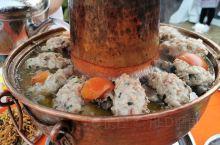 在米易,你时长可以看到这样一道风景线:七八人、十余人围着一只鼎型铜锅而坐,美食满满把酒言欢,这就是历