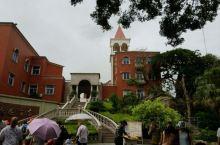 海上花园酒店,就在菽庄花园旁边,鼓浪屿上唯一一家四星级酒店,酒店楼层不高,外部颜色,与岛上其他建筑颜