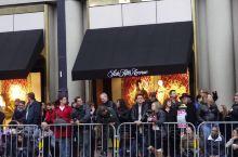 【在旧金山 过中国年】  毎年春节的正月十五左右,参加华人社团组织的盛大游行庆典,是旧金山华人、甚至