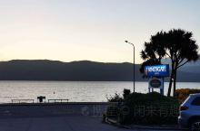 图一蒂阿瑙的酒店入住后,往周边走了走。     蒂阿瑙这个湖也是大的不得了,在图3.4那个岸边走发现