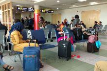 肯尼亚首都内罗华机场航班繁忙,人流较大,是非洲最繁忙的机场之一,通往世界各国的航班很多,在这里转机去
