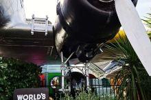 世界上最酷的麦当劳餐厅在陶波,这家店是用一架真正的老式波音飞机改造的,是螺旋桨客机,驾驶舱内各种设备