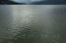 费瓦湖位于尼泊尔中部,喜马拉雅山南麓的谷地,所在地博卡拉气候宜人,雪山融化汇集成一颗璀璨的明珠,是尼