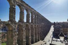 距离西班牙首都90公里的赛哥维亚,著名的罗马大渡槽,当地美食烤乳猪