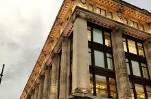 塞尔福里奇百货   伦敦最著名的塞尔福里奇(Selfridges) 百货公司位于牛津街上,这里以顶级