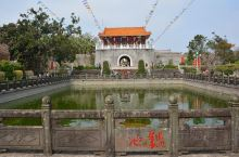 三元塔公园是以广东湛江雷州市的地标建筑物~三元塔为中心形成的一个规模有点大的景观公园,公园在一条小轴