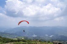 台州市一共有两处滑翔伞基地,这是位于临海安基山的基地,海拔高度880米,相对落差760米,很多人对滑
