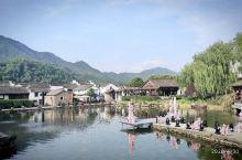 龙门古镇里的一个大水池,周边有些居民房子显得很突兀,不协调,估计晚上赏月会好看点,是要搞啥活动,还搞