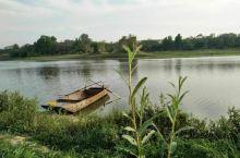 位于三仙庙水库堤坝下面,有个三仙湖农庄,对面过桥可观赏整个库区山墨水画风景,农庄在这个季节可采摘樱桃