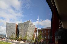 英国北爱尔兰贝尔法斯特泰坦尼克号纪念馆于2012年3月31日正式开放。纪念馆外形象冰川的样子,高度与