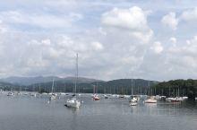 来到英国湖区的温德米尔镇,自然要先上船游湖。 运气太好,天气晴和,举目四望,心旷神怡。 难怪那么多人