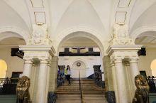 在挪威高等法院学习国际法。