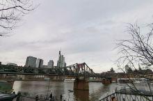 此次正好在美因河畔散步,走到了铁桥,建于19世纪中叶,上面锁满了恋人们的锁,但是为了减重会定期处理。