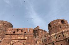 古城堡,感叹古印度人的智慧与工艺,极度奢华,雕工精湛。可以看出古印度的辉煌,城堡后面的皇室可以看到泰