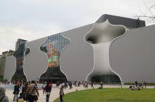 臺中國家歌劇院造型前衛,以「美聲涵洞」概念,採用曲牆、孔洞與管狀等別具一格的設計,整棟建築完全沒有樑