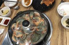 去了昌原市中心一家海鲜餐厅,虾和蟹超新鲜。吃得满心欢喜。 市中心夜间人气满满,很热闹。从首尔坐2:3