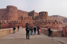 阿格拉城堡是印度伊斯兰艺术的代表作堡内有一座八角形的石塔小楼。登临塔顶,极目远眺,可以看到举世闻名的