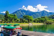 鯉魚潭  是東台湾最大的湖泊  也是花莲的观光勝地之一   漫步在紧鄰潭畔的步道上  浸淫在天然氧吧