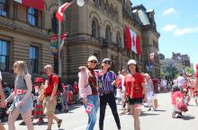 慶祝152歲生日  人山人海的國會山莊,一片紅色海洋,皇家騎警也熱情地與遊客照相 來渥太華一定要去逛