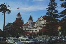 今天去了魅力科罗拉多岛。  科罗拉多酒店建于 1888 年,建筑顶部装饰有像城堡一样的赤红色炮塔。酒