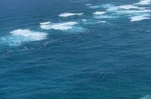 兩種不同顏色的海水對碰