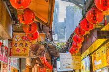 九份老街上满是各种商店,吃的、玩的、新潮的、复古的,长长的街巷里是浓浓的怀旧气息,也许过于商业化,却