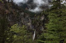 在参观新天鹅堡内部的时候,就可以从阳台窗户上远远的拍到玛利安桥,两山之间一桥架天堑,旁边有个小瀑布。