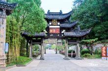 """在整个民居苑里,砖雕、石雕最精致的一幢建筑当属滋树堂。原位于龙游县模环乡上张村的""""滋树堂"""",则建于晚"""