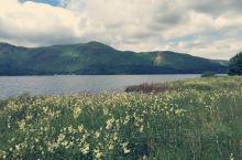行走在英国湖区达文特湖畔。
