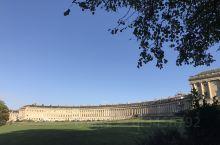 皇家新月楼美到窒息!巴斯的古罗马浴室拍了一个顶,避免拍到的古典美女。草地上有个小松鼠,它穿着迷彩服,
