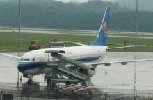 来到揭阳潮汕机场去看瀑布,心情好极了。