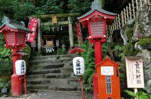 玉帘神社在箱根车站附近,与玉帘瀑布在同一个地方,是一个供奉九头竜神的结亲神社。 玉帘神社是箱根神社的