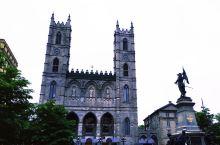 蒙特利尔聖母大教堂是北美最大的天主教堂,它庄严宏伟,有多层圆弧形尖顶的哥德式建筑,有彩色玻璃窗上的圣