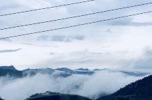 本来兴冲冲的一大家子是要去爬山的,结果才到山下就感觉风云变幻!但是定好目标还是要走,走到三分之一这样