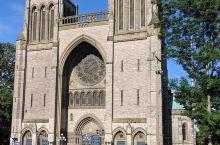 造型独特的天主教堂有着巧夺天工的彩色花窗