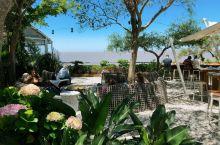 这家乌拉圭克罗尼亚的露天餐厅景色非常的优美,可以看到一望无垠的辽阔峡谷。这里的每道菜也味道也非常的不